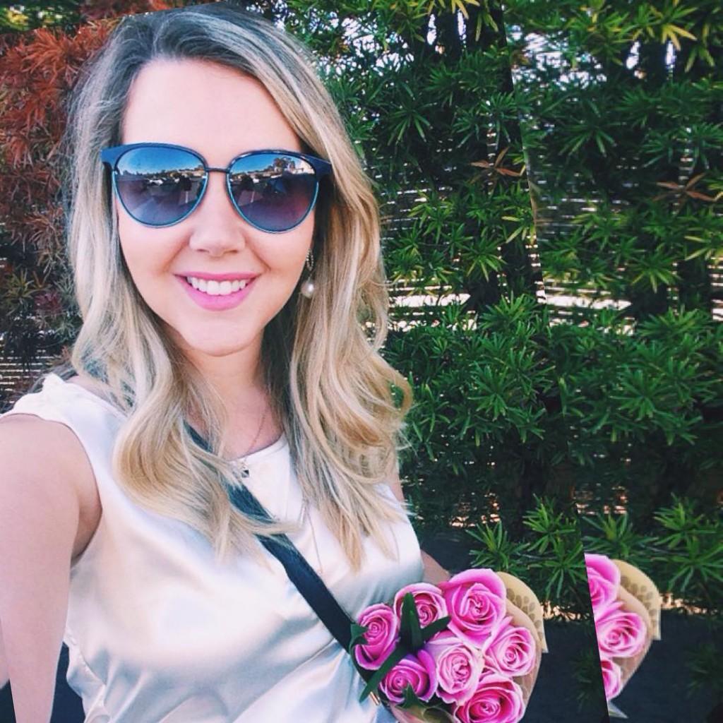 Bom dia flor do dia! Porque aqui ainda é de manhã #Flores #meulook #lookdodia #lookigreja ------------------------------------------ Morning selfie because of this beautiful flowers! #celfie #roses #churchtime