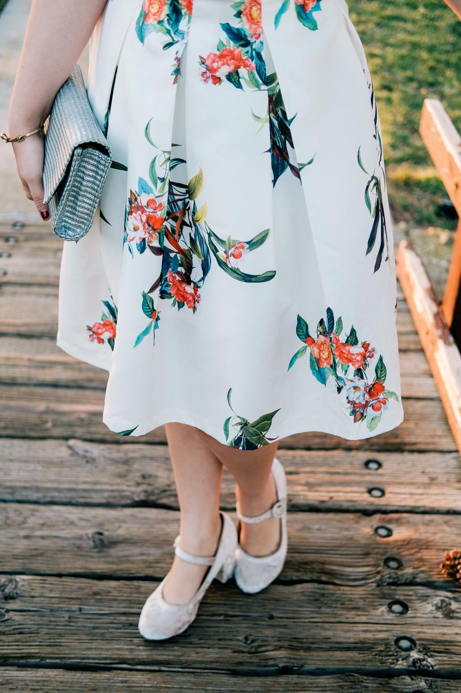 Debora Dahl, saia rodada florida, sapato de veludo