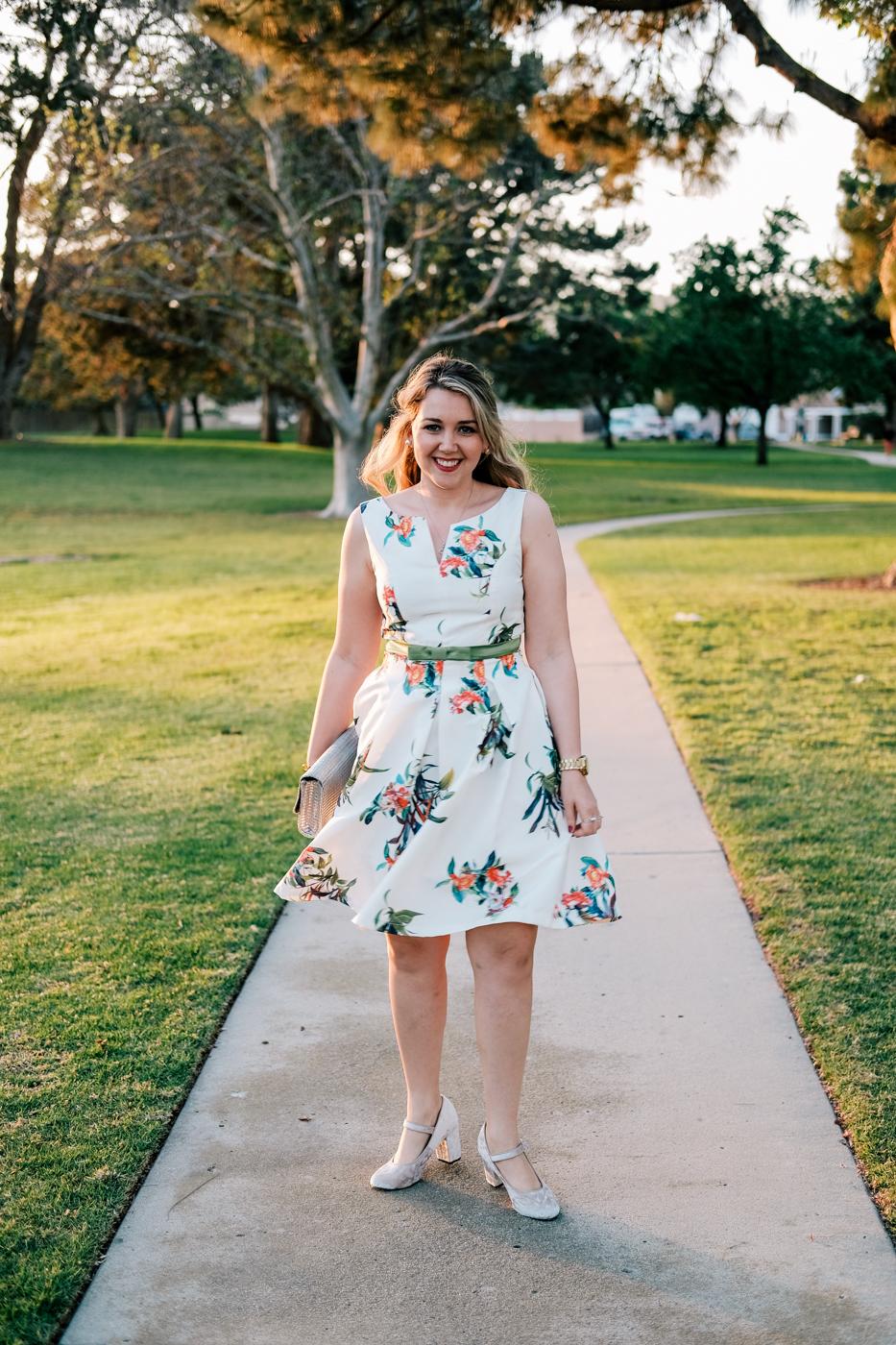 Debora Dahl, vestido com estampa florido, fundo branco
